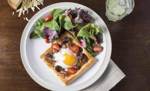 Mushroom Bacon Tomato Tarts with Eggs Recipe