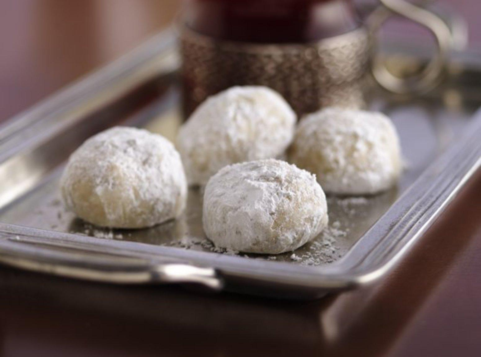 Amaretto Russian Tea Cakes with Almonds Recipe